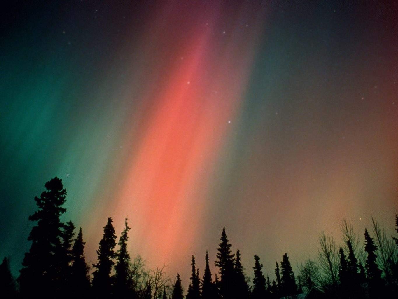 شفق قطبی به رنگ قرمز بر فراز کانادا